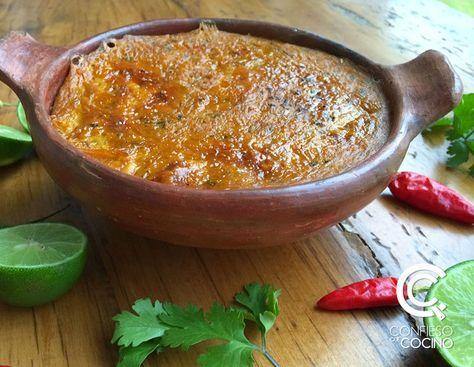 La cazuela de verde + pescado es un plato tipico ecuatoriano, se hace con plátano verde, mani, refrito de cebolla, especias y pescado blanco.