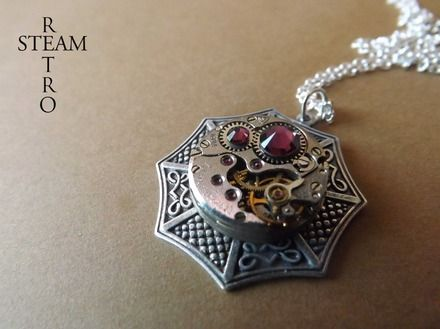 Un fantastique Trinity laiton argenté 24mm x 24mm celtique pendentif inspiré incorporant un millésime 17 Ruby Jeweled Tchaïka mouvement de montre, qui mesure 16mm de diamètre, incrusté de cristaux Swarovski améthyste et suspendu à une chaîne en argent sterling de 18 pouces.