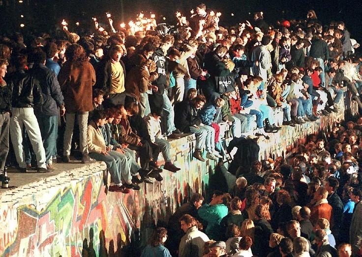 Waar was je op 9 november 1989? De val van de Muur toen ging nog zonder verslag via sociale media. Dat wordt 23 jaar later 'ingehaald' Foto EPA