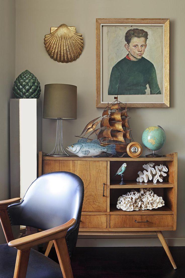 Mueble familiar, retrato pequeño de Abraham Lincoln comprado en una venta de garaje en EEUU.  Óleo alemán de los 50 (una de las pertenencias más preciadas de Joan). Aplique de latón portugués, de la Feira da Ladra de Lisboa Sobre la columna de acero, piña años 40 de Cerámica Santa Ana