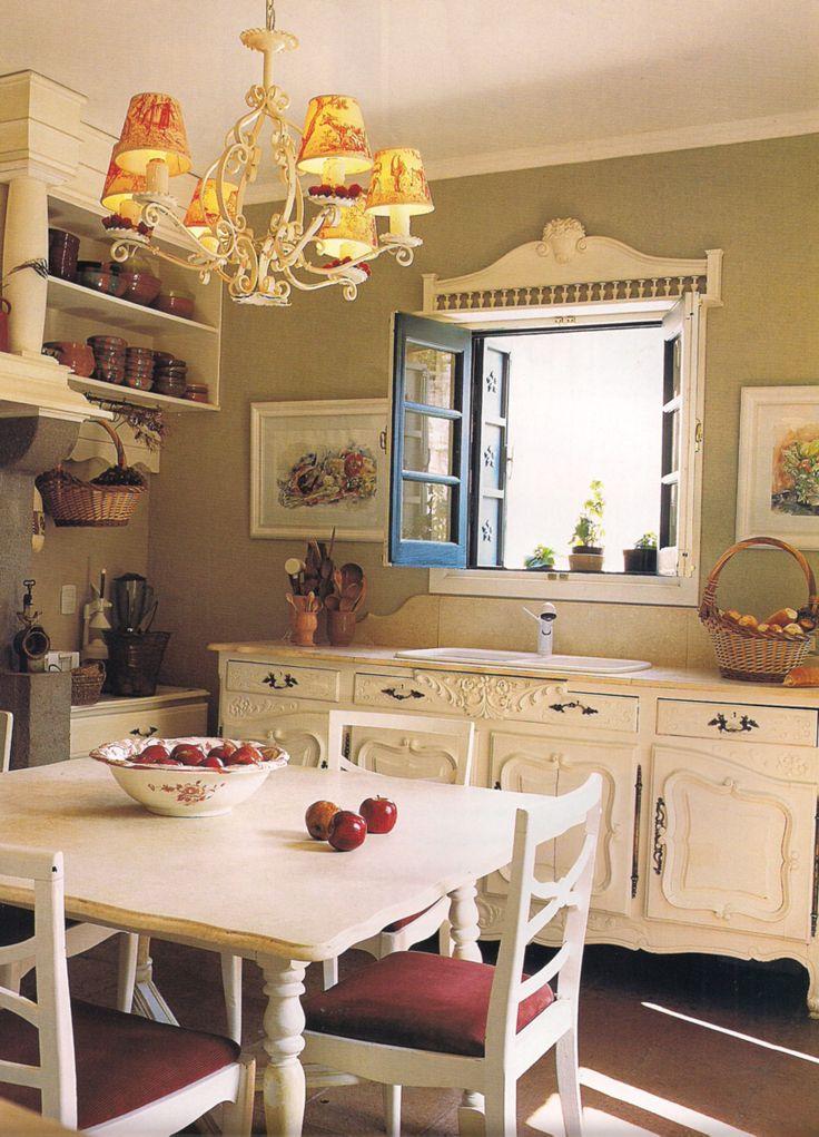 Mueble antiguo pintado de blanco y convertido en mueble de cocina