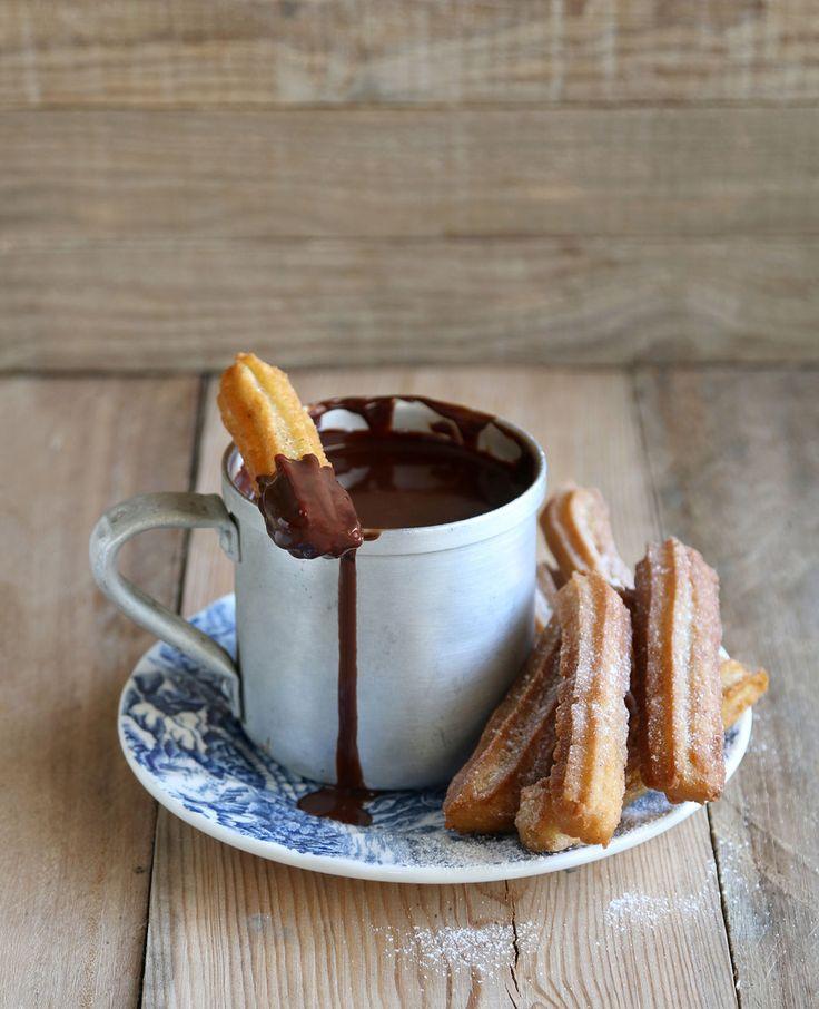 Zelf churros maken, het kan én het wordt net zo lekker als toen op vakantie in Spanje! Beloofd. Churros maken Deze heerlijke Spaanse lekkernij is eenvoudig zelf te maken. Met deze tips van Allerhande en topkok Rudolph van Veen is…