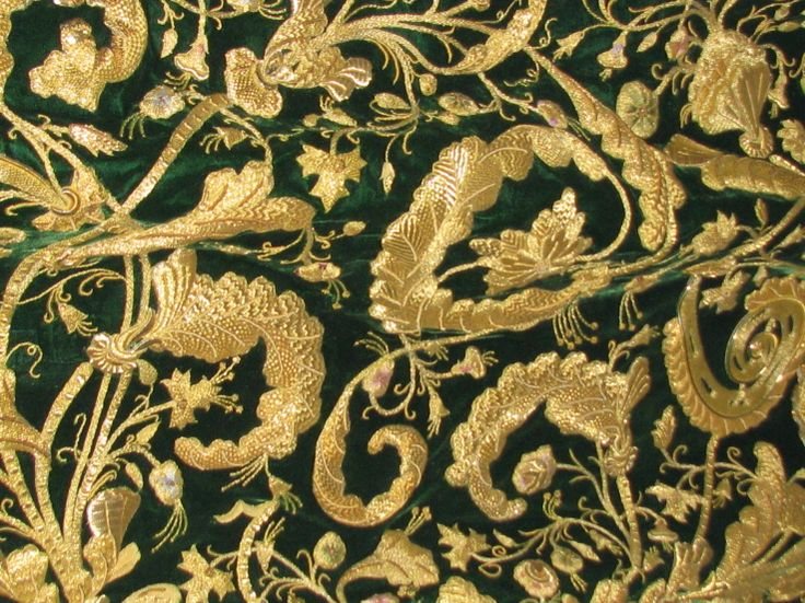 manto bordado en oro de la virgen de la esperanza bordado `por emilio gomez...sorry girls, Spanish again! BUT BEAUTIFUL!!