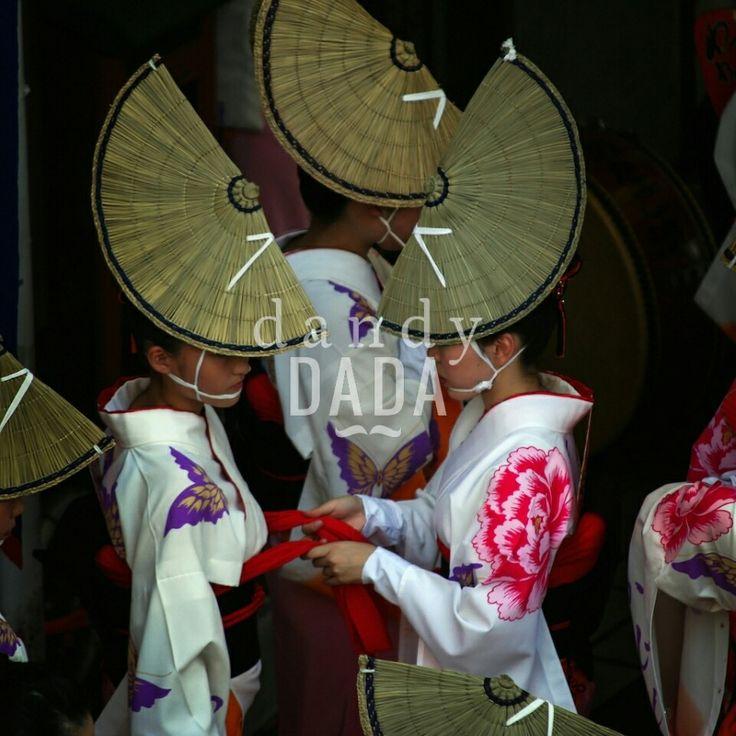 Awa Odori dancer  #AwaOdori Festival è uno degli eventi più entusiasmanti della tradizione giapponese. E' un crescendo di umanità, #colori, #gesti e rituali. La compostezza ed #eleganza delle #danzatrici sono esaltate dai tradizionali cappelli di paglia le cui linee diagonali conducono lo sguardo dal primo piano all'infinito, permettendo all'osservatore di avere una visione complessiva della scena. #Tokushima #Japan 2008