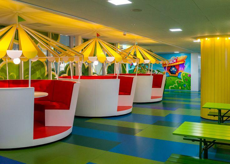 Installés à Stockholm, les bureaux de Candy Crush Saga,le célèbre jeu très addictifdéveloppé par la société King sont à l'image de leurs jeux, très colorés. Imaginés par l'agence suédoiseAdolfsson & Partners, les locaux répartis sur 2 étages sont divisés en différentes zones thématiques reprenant à chaque fois l'univers, les paysages et les personnages des jeux …