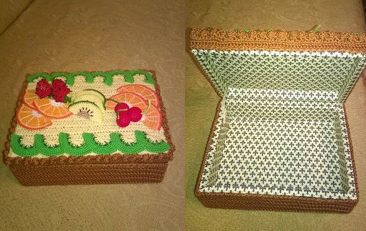 Scatola porta cioccolatini a forma di crostata alla frutta realizzata all'uncinetto