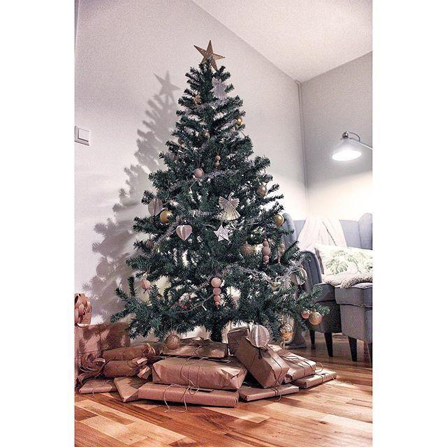 | Bilder från julafton | - Efter maten satte vi oss i vardagsrummet öppnade lite klappar och mumsade på pepparkakor lussebullar anisbockar och jitterbuggar och en god kopp kaffe! Sen var vi så mätta och belåtna att vi glömde ost och kex som jag förberett innan men det gör inget då blir det mer till mig ikväll!  Hoppas ni alla haft en supermysig jul och god fortsättning önskar vi er från Skarphagsgatan 33!  #interior #interiör #interior123 #interior4all #interior4you #photooftheday…