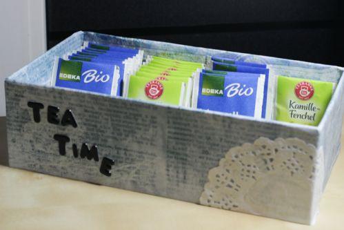 Heute zeige ich euch ein kleines Do-it-yourself: eine Teebeutelbox für vier Reihen Teebeutel, die auch in schmalen Regalen Platz findet.