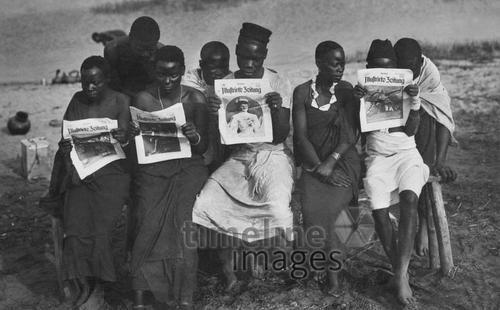 Einwohner der Kolonien Deutsch-Ostafrika lesen die Berliner Illustrirte Zeitung ullstein bild - Haeckel Archiv/Timeline Images #Afrika #lesen #Zeitung #multikulturell #Kolonie #Kultur #historisch #Geschichte #schwarz-weiß