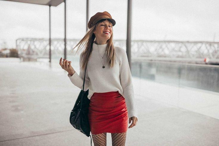 Hier trage ich einen weißen Turtleneck-Pullover kombiniert zu engem roten Lederrock und Overknee-Boots. Wer mich kennt, weiß: Im Winter darf die Mütze oder der Hut nicht fehlen! #turtleneck #turtlenecksweater #cosysweater #redskirt #overknee #overknees #fishnettights #fishnets #streetstyle #wintermode #winterfashion #fashion #blogger #bloggerin #fashionblogger #bakerboy #bakerboyhat #hut #hat