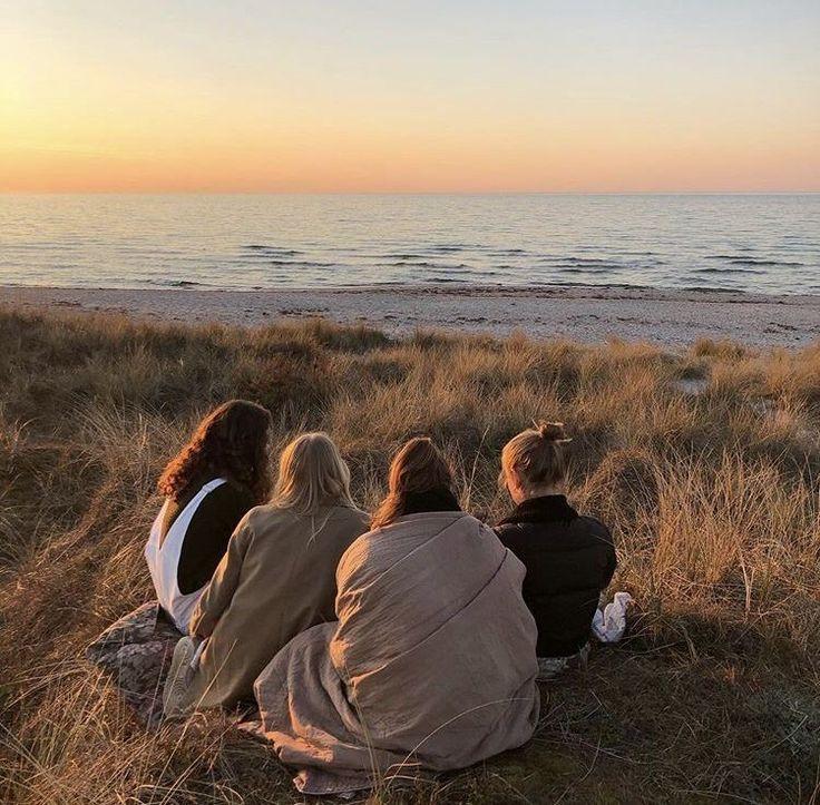 Praia com amigos   – friends