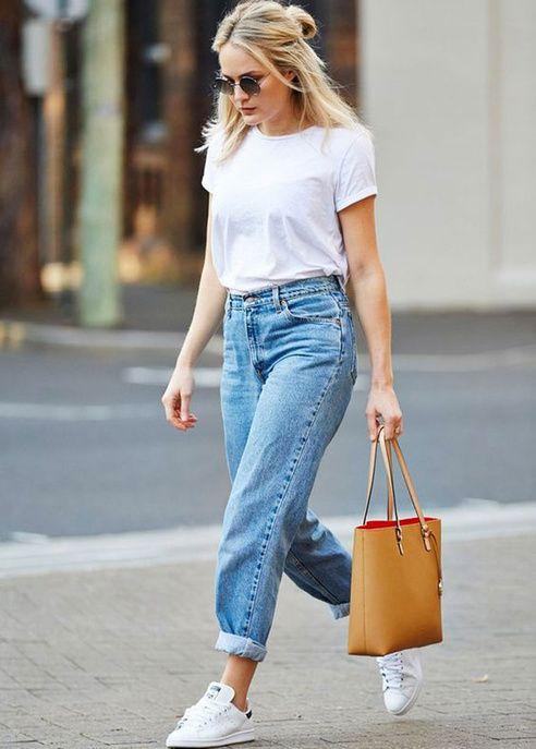 Un T-shirt basique avec un jean boyfriend et des baskets blanches