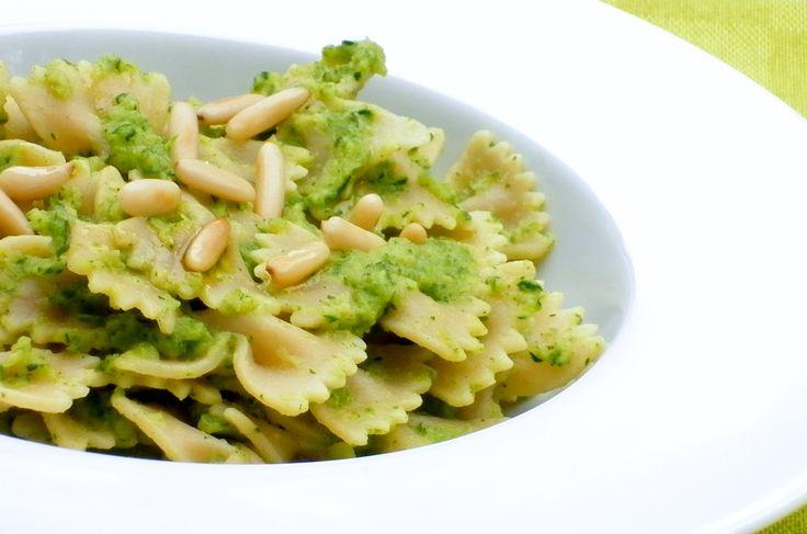 Pasta con crema di zucchine e pinoli - primo piatto vegan