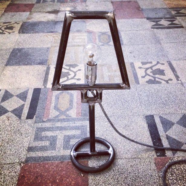 """Lampada da tavolo """"Profilo"""" in ferro con falso paralume, saldature in ferro e cavo in tessuto"""