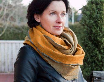 Wollen sjaal vilten teal sjaal oneindigheid sjaal turquoise nek warmer zwarte merino wol gestreepte sjaal wol kap vrouwen herfst sjaal blauw omslag.  Handgemaakte vilten sjaal voor hem of voor haar. Ik gebruikte alleen zachtste superfijne Australische merino wol en katoen stof te maken. Merino is zeer zacht, het niet irriteert uw huid. Kleuren - zwarte wol en turquoise katoen. Sjaal van dubbele lus meet ongeveer 77 cm (30 inch) lang en 50 cm (20 inch) breed.  Dit object is op bestelling…