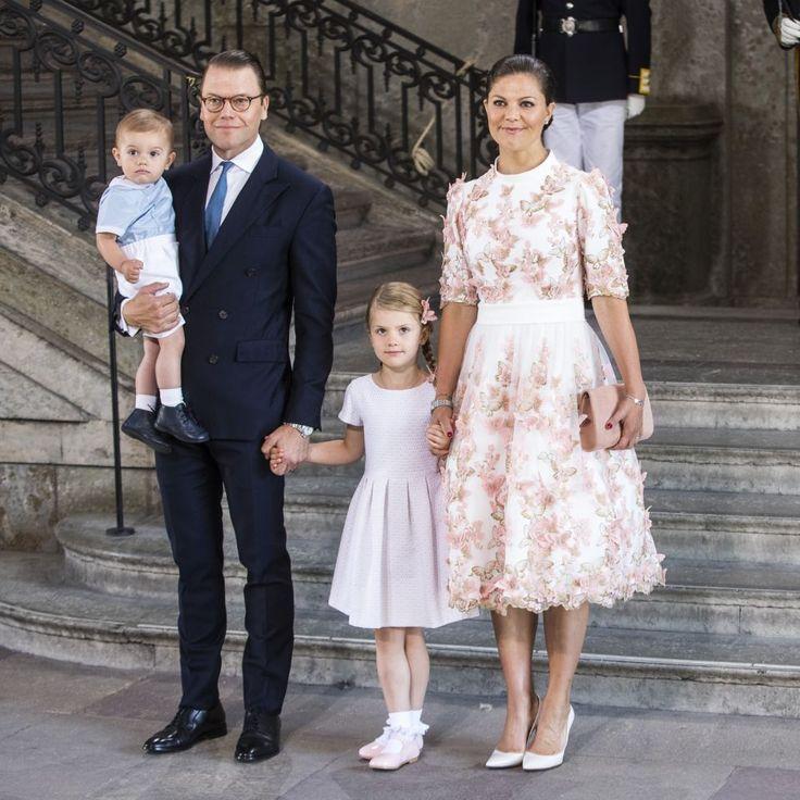 Wie die Mutter, so die Tochter: Prinzessin Estelle von Schweden hat ihr Outfit perfekt auf das ihrer Mama Victoria abgestimmt. Ein royaler Partnerlook der Sonderklasse! (Bild: Getty Images)