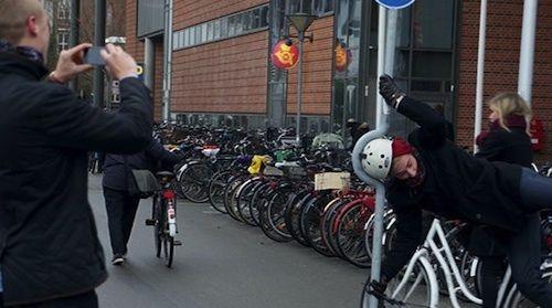 街を走る自転車利用者に「頭を使わせる」、ヘルメット普及キャンペーン「NUTCASE OUTDOOR FITTING ROOM」[Cannes Lions2013]