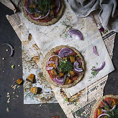 Pizzette di Lenticchie Verdi con Zucca Arrosta, Cipolla Rossa e Barbe di Finocchio