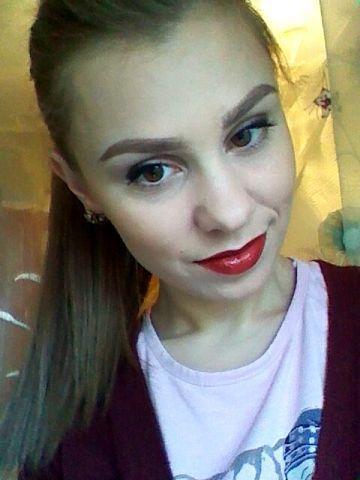 Irina Chireacova. Red lipstick, ponytail. Perfect look.