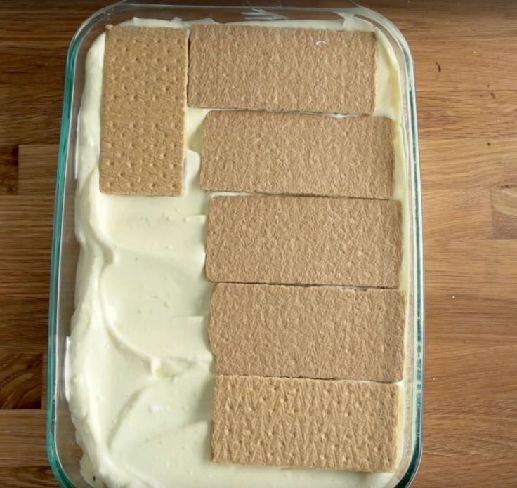 Eclair süti a neve ennek az egyszerű, isteni desszertnek. Sütni sem kell. Szükséged lesz: Tészta és töltelék:  1 doboz habtejszín 2 zacskó pudingpor (vanília) 0,8 liter tej Teljes kiőrlésű vajaskeksz, vagy sima háztartási kekszA jegesedés:   3 evőkanál tej 220g porcukor 50g vaj…