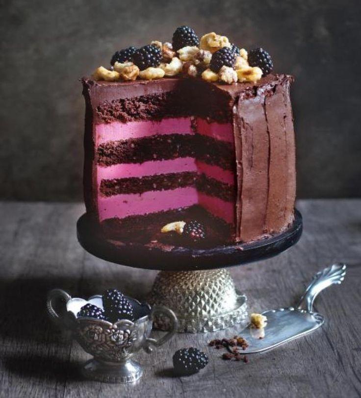 Saftige Brombeeren, sündige Schokoladenganache und karamellisierte Nüsse -von dieser Torte kannst du gar nicht genug bekommen!