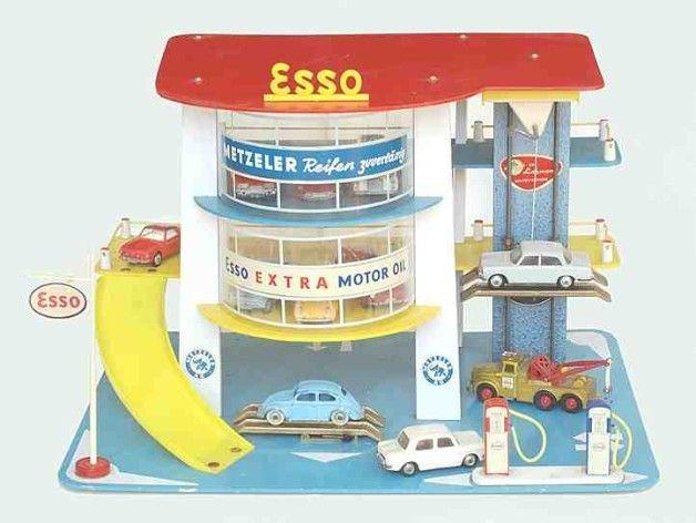 Garage van de firma Fritz Löhmann met auto''s van de firma's Corgi Toys, Matchbox, Norev und Märklin