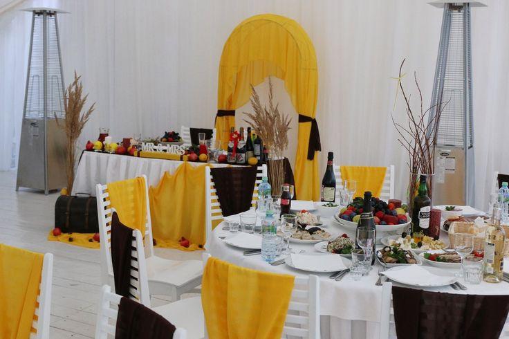 Желтая свадьба. Столы и стулья гостей в желто-коричневом сочетании. Осеняя свадьба, украшение зала, столов гостей и президиума