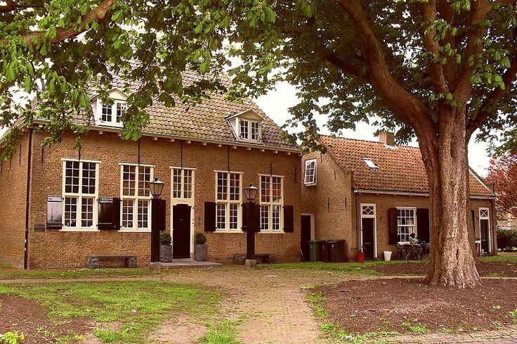 Brielle - Provoost (1668). Gebouwd aan de voet van de Catharijnekerk. Een militaire gevangenis waarin een krijgsraadkamer en verschillende cellen waren ingericht.