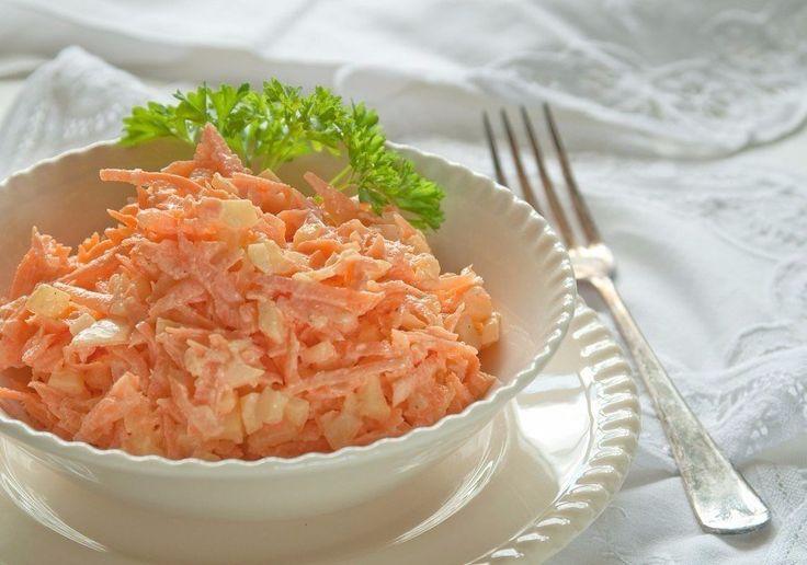 Морковный салат с яйцом   Ингредиенты:  Морковь — 4-5 Штук (среднего размера)  Яйца вареные — 5-6 Штук  Чеснок — 2-3 Зубчиков  Сметана — 1-2 Ст. ложек  Соль — 1-2 Щепоток (по вкусу)    Приготовление:  Морковку чистим и натираем на терке среднего размера.  Очищаем яйца и либо натираем на той же терке, либо нарезаем мелкими кубиками. Выкладываем в салатник к моркови.  Зубчики чеснока очищаем и измельчаем давилкой.  Добавляем к моркови с яйцами чеснок, соль и сметаной. Все хорошо перемешиваем и…