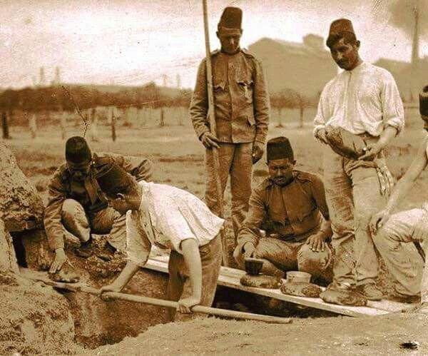 Balkan savaşı sırasında cephede ekmek pişiren Osmanlı askerleri (1912-1913)