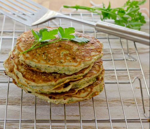 voedselzandloper: broccolikoekjes Wat heb je nodig? - ½ broccoli - 1 kleine ui - ½ rode peper - 1 teentje knoflook - 2 eieren - 1 el quinoameel - 60 g geraspte belegen kaas - 60 ml sojamelk - zout/peper - olijfolie
