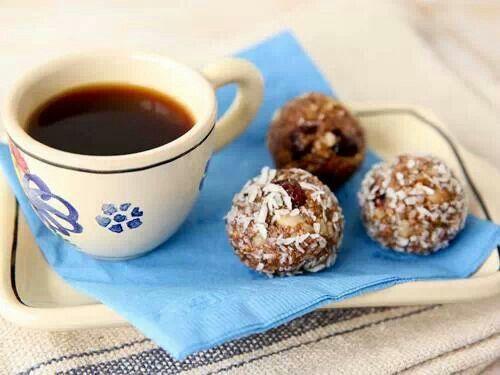 Palline di biscotti secchi,  ricotta e cacao passate nella farina di  cocco