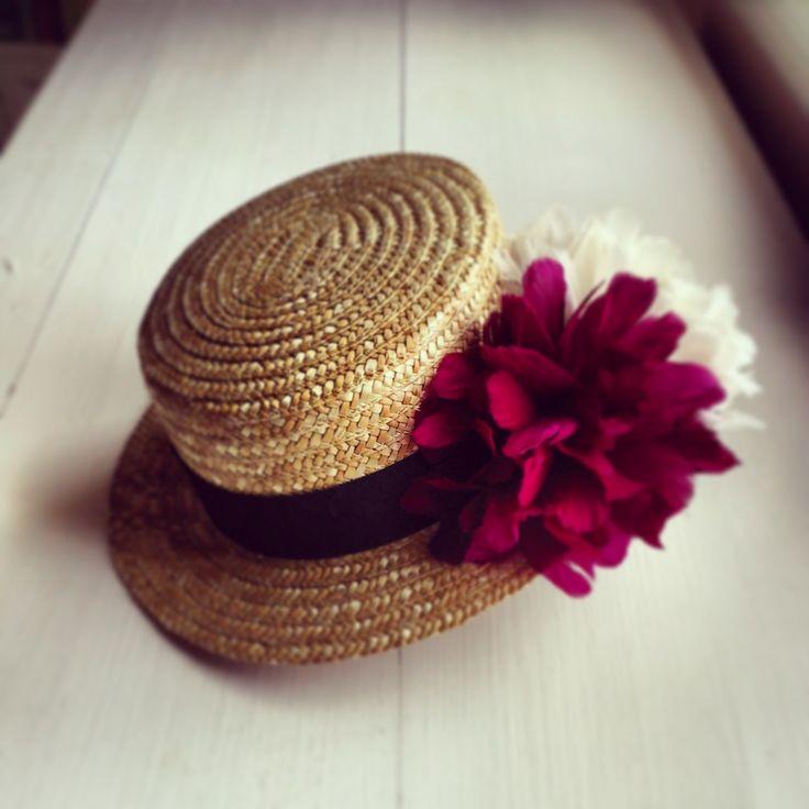El canotier: Un sombrero popularizado por Coco Chanel ideal para una boda.