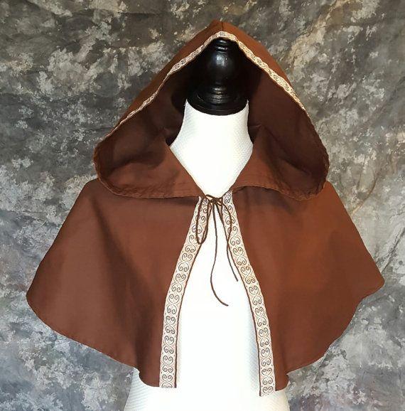 Marron à capuche Caplet avec bordure brodée Costume