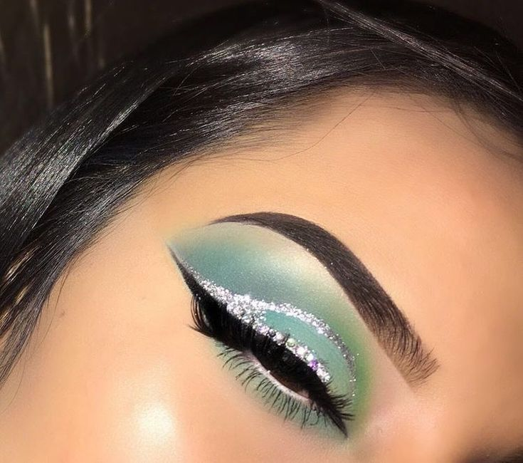 Mint green shadow, glitter cut crease, and wing liner. #colorfulcutcrease #glittercutcrease