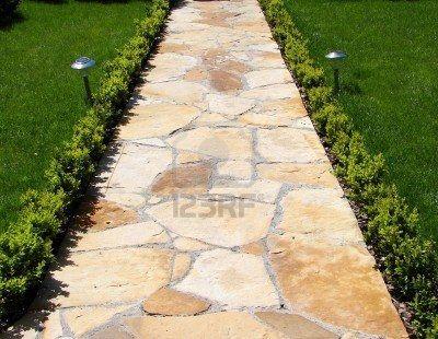 Tuin stenen pad met gras groeien tussen de stenen                                  Stockfoto - 5755390