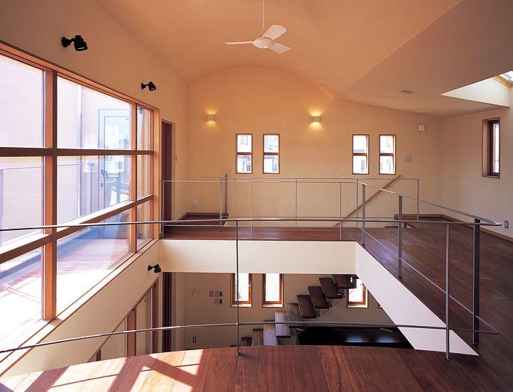 広々とした2 階のファミリーホール。 吹き抜けで1 階のリビングとつながっています。 吹き抜け 自然素材 