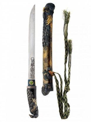 111 O-Tanto / Ko-Wakizashi Japan Gefaltet, gehärtet, poliert. Stahl. L 49 cm.   Provenienz: Carlo Monzino (1931-1996), Castagnola.  Klinge: beidseitige Gravur, Samurai und Magari-Yari (Dreispitz-Lanze). Scheide: Pfauen-Dekor in verschiedenen Techniken aus diversen Materialien.  - Chu-Kissaki (mittel-lange Klingenspitze): Fukura-Tsuku. - Boshi (Härtemuster der Schwetspitze): Ichi-Mai. - Hamon (Härtelinie): Ko-Choji-Hamon. - Tsukurikomi (Querschnitt): Hira-Zukuri.