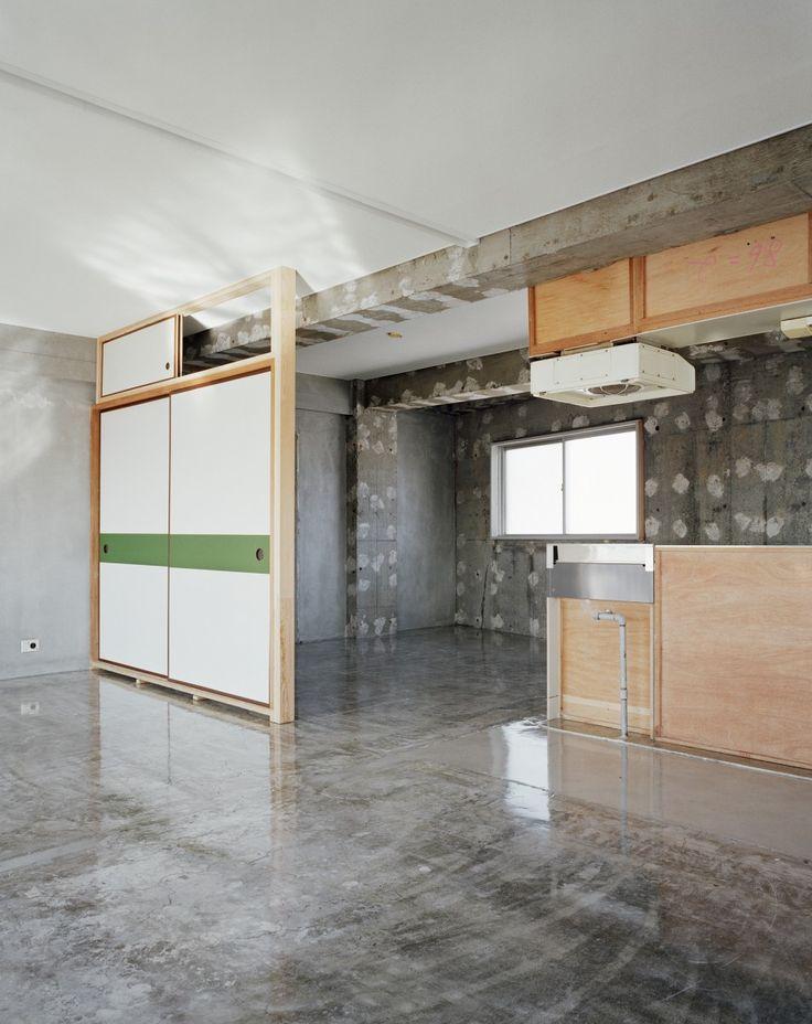 Sayama Flat | Schemata Architects / Jo Nagasaka High gloss concrete floor.
