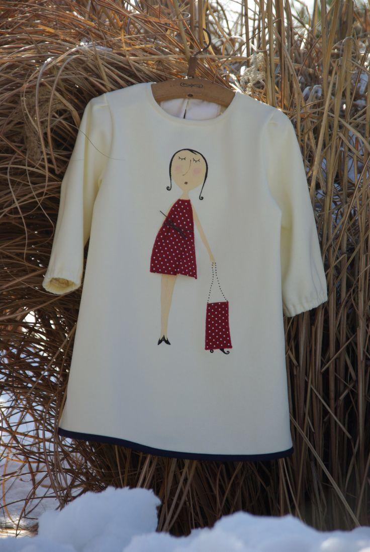 Marion Nádherné šatôčky pre malé dámy s nádychom francúzskej elegancie s trojtvrťovými rukávmi, ušité zo smotanovej látky Autorská postavička Francúzka Marion je maľovaná ručne kvalitnými textilnými farbami, jej bodkované šaty sú z kvalitnej bavlnenej látky. Veľkosť 80 až 104, na ramienkach sú nastaviteľné zapínaním gombíkov, takže neskôr poslúžia ako ...