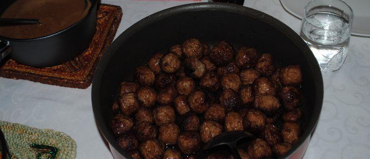 Köttbullar ofwel Zweedse gehaktballetjes. Bekend geworden door IKEA, die de gehaktballetjes in de winkels verkoopt. Daar zijn de gehaktballetjes ook kant en klaar te koop. Maar je kunt ze ook makkelijk zelf maken. Lekker met (gebakken) aardappels, salade en veenbessencompote.