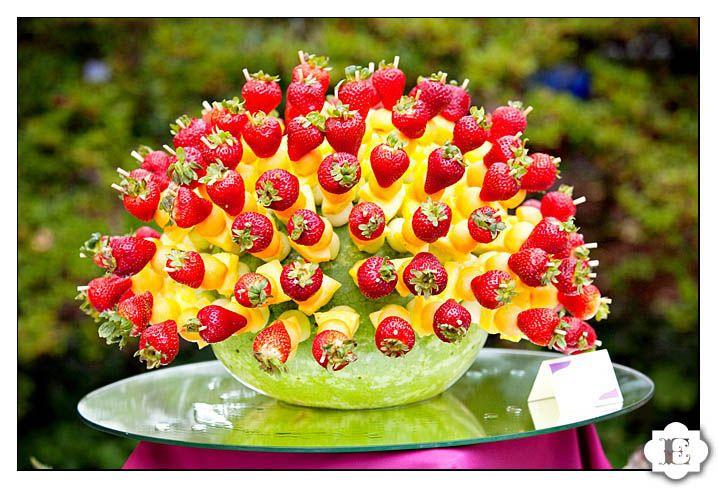 fruit display fruit skewers Edible centerpiece #wedding #garden #quinceanera #buffet #catering #DIY +++ Centro de mesa hecho con brochetas de fruta decoracion de fiesta al aire libre jardin verano #boda #quince #recepcion#evento #comida sana #dieta #bajo en calorias #color#buffet #Hacer uno mismo #facil