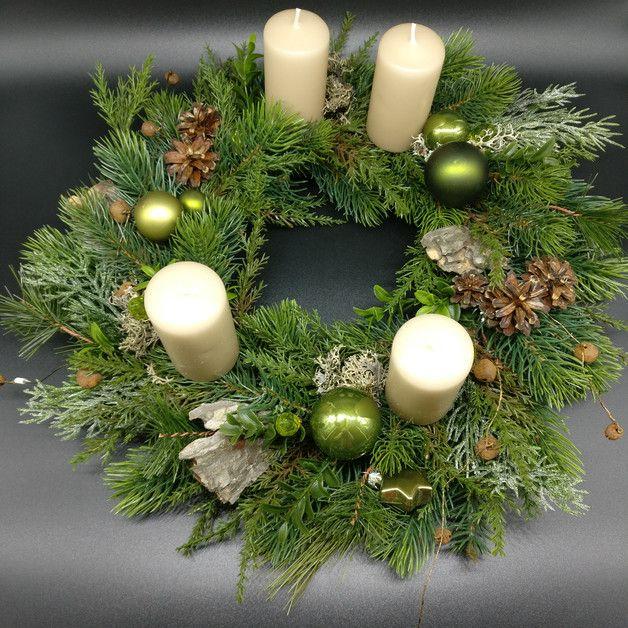 Handgebundener Adventskranz mit grünen Kugeln und Kristallen, Rinde und naturfarbenen Kerzen. Durchmesser ca 38cm. Für unsere handgefertigten Unikate verwenden wir ausschließlich hochwertige und...