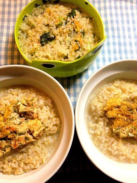子供用はインスタントの具が多いものを水分多めに。大人用は中華スープで普通に雑炊にして、朝の残りの玉子焼きを乗せて。 - 5件のもぐもぐ - 中華スープ雑炊 by tabimoka