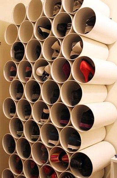 Com canos de PVC, as sapateiras nunca mais serão as mesmas. Os sapatos ficam bem acomodados, a parede fica bonita e a decoração só tem a ganhar com esta ideia incrível!