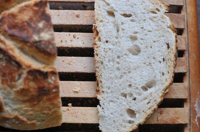 Bolondulunk a valódi kovászos kenyérért, a legközelebbi kézműves pék viszont kilométerekre van tőlünk, hát készítettünk magunknak otthon. Nem bonyolult, csak türelem és idő kell