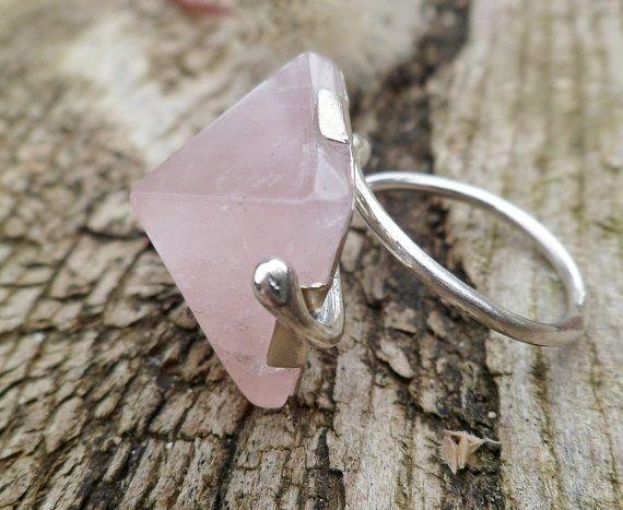 Dicen que cuando damos a los minerales forma de pirámide, sirve para potenciar y focalizar las propiedades de la gema. Aquí teneis un anillo con pirámide de CUARZO ROSA, si os gusta y quereis descubrir sus propiedades podréis verlo en: https://www.etsy.com/…/rose-quartz-ring-pyramid-ring-handma…