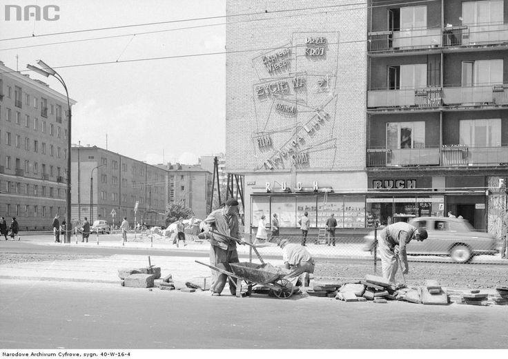 Punkt sprzedaży prasy przy skrzyżowaniu Grójeckiej, Spiskiej i Niemcewicza w 1968 r.