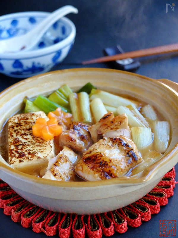 day1:とろとろ♡ねぎま鍋  oceans-nadia.com  : こんがり焼いた具材に、とろみのある醤油つゆがからむ絶品鍋レシピです。大きめに切った鶏肉とねぎで、焼き鳥の「ねぎま」風の鍋は食べ応えも十分。とろとろのねぎがたっぷり入っているので、体が芯から温まりそう    鶏もも肉、豆腐、葱    ついつい食べ過ぎてしまうことが増える年末年始。無理せずダイエットするなら、夜ご飯は鍋がおすすめです。そこで今回は、毎日食べても飽きない「鍋レシピ」を一週間分ご紹介します!