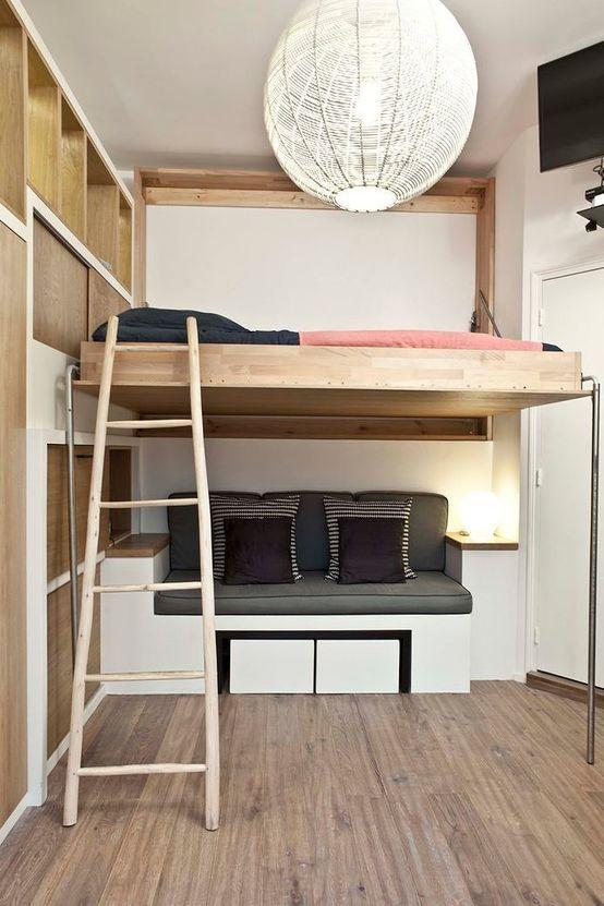 Mała sypialnia, antresola, pomysły na sypialnię, drewniana sypialnia, kanpa w sypialnia. Zobacz więcej na: https://www.homify.pl/katalogi-inspiracji/17746/jak-urzadzic-sypialnie-gwarantujaca-blogi-sen